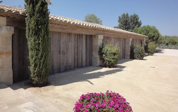 Habillage vieux bois portail basculant - Habillage poteau portail ...